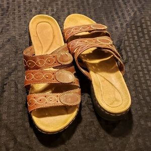 Clarks size 9 womens leather sandals.